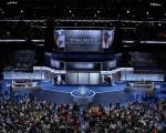 7月28日,美国民主党全国代表大会进入最后一天。希拉里将正式接受总统候选人提名,并发表演说。当天发言的人将关注妇女面临的问题,尤其是工作场所公平及薪酬等议题。图为26日大会现场。 (Chip Somodevilla/Getty Images)