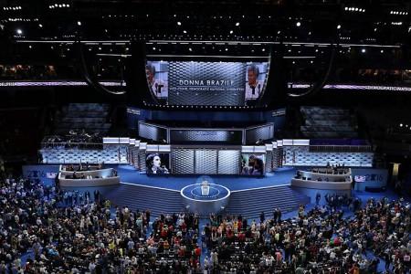 """经过动荡不安的两天后,美国民主党全国代表大会27日迈入第3天。当天的主题是""""同心协力"""",总统奥巴马与副总统拜登将现身发表演说。图为26日大会现场。 (Chip Somodevilla/Getty Images)"""