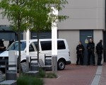 德国一家购物中心于2016年7月27日再次遭到难民的炸弹攻击威胁,警方撤离商场人员并与该阿尔及利亚籍难民对峙一小时后,顺利将他逮捕。(INGO WAGNER/AFP/Getty Images)