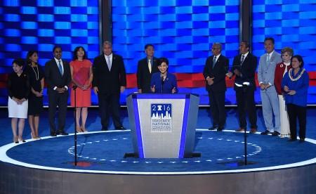 2016年7月27日,美国民主党大会进入第三天,在富国银行中心主会场,美国华裔众议员赵美心(Judy Chu)发表演讲。(SAUL LOEB/AFP/Getty Images)