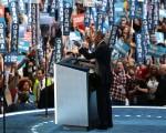 民主党全代会中见到年轻亚裔党代表的身影,亲身体验美国的民主。图为27日奥巴马总统在大会演讲。(Drew Angerer/Getty Images)