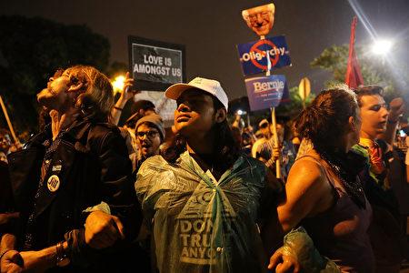希拉里演说,在场外抗议的人士。(Spencer Platt/Getty Images)