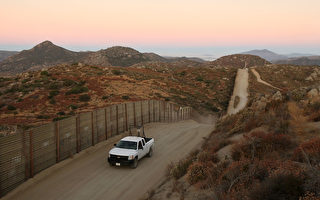 2016财年截至今年5月,在美墨边境逮捕到的偷渡中国人数量,较2015财年增加1,281%,这意味着但大陆与拉美国家间的犯罪集团,建立更密切的关系。图为美墨边境。(David McNew/Getty Images)