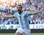 阿根廷前锋伊瓜因以9000万欧元价格加盟尤文图斯。(Jim Rogash/Getty Images)