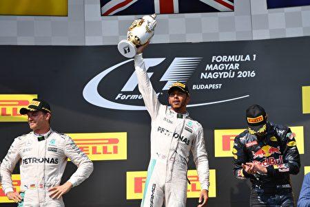 F1匈牙利站,梅賽德斯車隊的漢米爾頓(中)第五次在這裡奪冠。(Mark Thompson/Getty Images)