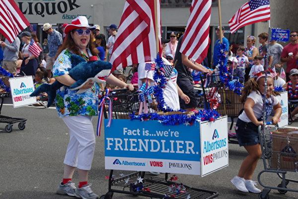 7月4日美国独立日,美西海岸最大规模的国庆游行——南加州杭庭顿海滩市(Huntington Beach)游行盛大举行。(刘菲/大纪元)