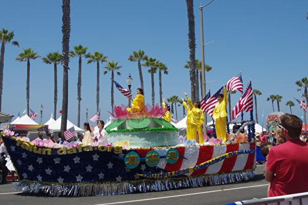 7月4日美国独立日,法轮功学员参加美西海岸最大规模的国庆游行——南加州杭庭顿海滩市(Huntington Beach)游行。(刘菲/大纪元)