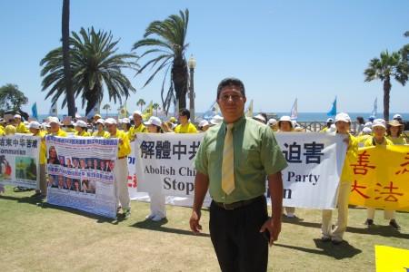 過路行人Mario Velasquez-Rivera7月17日被洛杉磯聖莫尼卡碼頭上的7.20反迫害集會所感動。(劉菲/大紀元)
