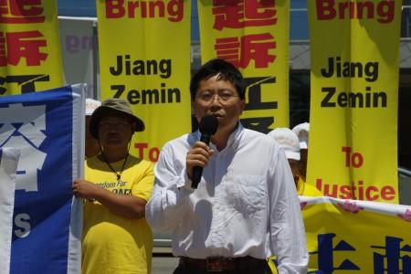 法輪功學員代表吳英年7月17日在洛杉磯聖莫尼卡碼頭7.20反迫害集會上發言。(劉菲/大紀元)