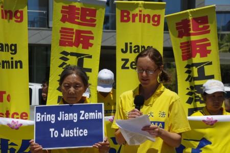法輪功學員高亞東7月17日在洛杉磯聖莫尼卡碼頭7.20反迫害集會上發言。(劉菲/大紀元)