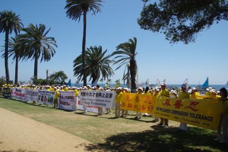 近兩百名部分洛杉磯法輪功學員赴聖莫尼卡參加紀念720「反迫害」十七周年活動。(劉菲/大紀元)