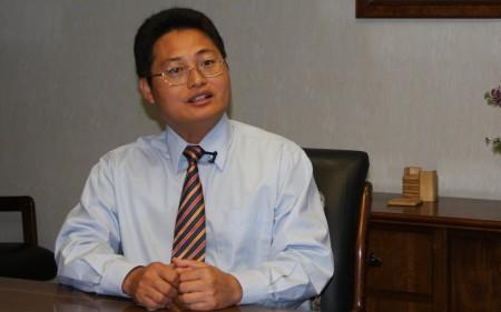 张大钦律师接受采访侃侃而谈。(徐绣惠/大纪元)