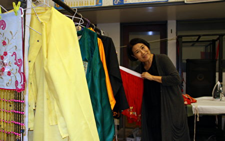 從事粵劇工作三十餘年的翠縈從香港陪同劉惠鳴赴洛杉磯參與慈善演出,曾是花旦演員的她,此次擔任幕後工作。(徐曼元/大紀元)