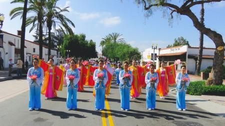 法輪功學員組成的傳統服飾隊展現了不同的中華傳統文化。(袁玫/大紀元)