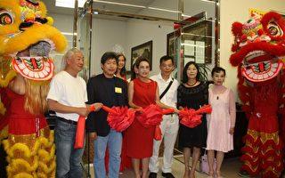 珠寶帝國總裁Simon Wang(右三)、珠寶帝國CEO Grace Kung(右二)、核桃市議員秦正國(左二)、美國聯合總商會會長Nancy 孫(左三)、著名畫家沈源森(左一)在剪綵儀式上。(大紀元/張進)