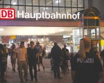 慕尼黑主火車站因為槍擊事件而關閉,但直至深夜依然還有不少人想進站。(黃芩/大紀元)