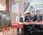 长荣大学校长李泳龙(右)与驻校艺术家进行签约建置原住民文物馆。(赖友容/大纪元)