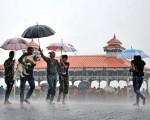 中共的御用「智庫」對印度的崛起進行了錯誤的解讀,誤導了中國人民。圖為今年6月印度梅雨期間行人帶著狗路過一個庇護所。(Getty Images)