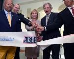 7月21日,新泽西副州长关达娜 (Kim Guadagno,中)参加了纽瓦克国际机场军旅服务中心(The United Service Organizations,USO)的落成剪彩仪式。(州长办公室提供)