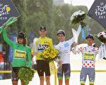 """第103届环法自行车赛上,弗洛姆(左二)夺得总冠军;萨甘(左一)加冕""""冲刺王"""";马杰卡(右一)为""""爬坡王"""";耶茨(右二)获青年组冠军。 (Chris Graythen/Getty Images)"""