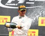 F1大奖赛奥地利站,奔驰车队的英国车手汉密尔顿(中)夺得赛季第三个分站冠军。 (Mark Thompson/Getty Images)