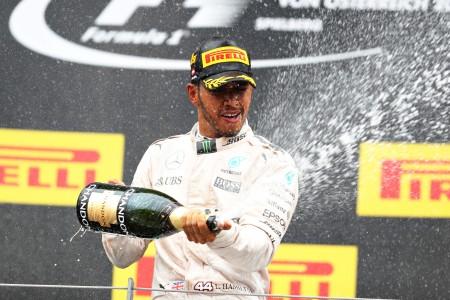 F1大獎賽奧地利站,奔馳車隊的英國車手漢密爾頓(中)奪得賽季第三個分站冠軍。 (Mark Thompson/Getty Images)