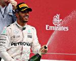 梅赛德斯车队的本土车手汉密尔顿在F1英国站比赛中赢得三连冠。(Mark Thompson/Getty Images)