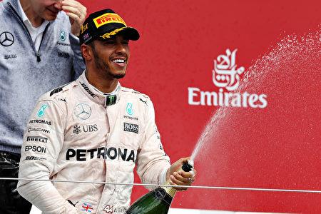梅賽德斯車隊的本土車手漢密爾頓在F1英國站比賽中贏得三連冠。(Mark Thompson/Getty Images)