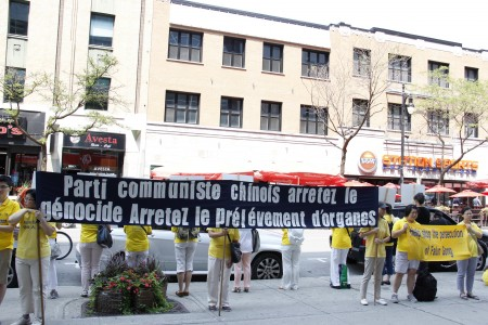 7月20日,蒙特利尔的部分法轮功学员来到中领馆前,揭露中共残酷迫害及活体摘取法轮功学员器官的惊天罪恶。(钟原 / 大纪元)