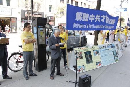 2016年7月20日,年逾七旬的老华侨蔡先生(左二)专程前来参加法轮功学员在中领馆前的反迫害集会,他指中共的基因就是邪恶。(钟原 / 大纪元)