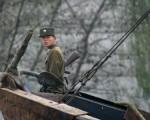 韩联社报导,7月28日凌晨,在吉林省长白朝鲜族自治县,5名持枪抢劫的朝鲜军人与前来抓捕的大陆军警爆发枪战。目前有两名嫌犯被捕,3人在逃。图为中朝边境的朝鲜士兵。(AFP PHOTO/Frederic J. BROWN)