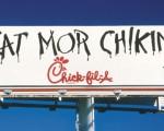 Chick-fil-A的明星牛服務21年後將漸漸淡出。圖為兩隻牛在寫他們最出名的廣告詞。(Chick-fil-A)