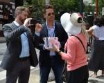 利马.查理媒体公司(Lima Charlie Media)制片人Don Johnston(左二)正在采访法轮功学员(穿粉红衣者),并表示将把采访内容做成视频放映。(凌浩/大纪元)