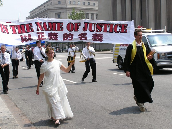 2004年7.20,来自世界各地的部分法轮功学员在国会大厦前举行大型反迫害集会。(李莎/大纪元)