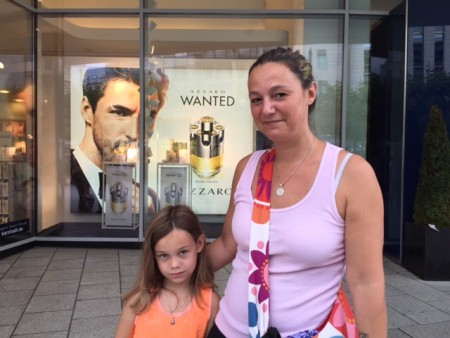 Peggy Schroeder带着孩子购物,为女儿的安全担心。(文婧/大纪元)