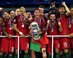 小組賽僅拿三分、全部七場比賽常規時間裏只贏過一場的葡萄牙,最終捧走了德勞內盃。(Matthias Hangst/Getty Images)
