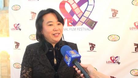 洛杉磯關愛國際影展評委燕珍表示《小乾坤》傳達神話世界訊息。(薛文/大紀元)