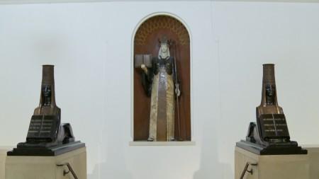 文明女神像前有兩座獅身人面像週間中午12:30有英文免費導覽。(劉寧/大紀元)