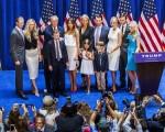 美国共和党全国代表大会7月18日在俄亥俄州克利夫兰登场。川普的妻子梅兰妮亚、女儿伊凡卡和蒂芬妮、儿子艾瑞克及小唐纳都将发表演说。图为6月16日,川普一家共同出席新闻发布会。(Christopher Gregory/Getty Images)