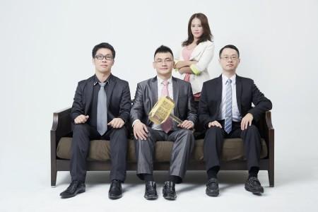 4位雷神讲座创办人,左起雷络(杨凯络)、雷神(李建龙)、后方站着的哈雷(陈立妍)、最右侧程雷(廖威程)。(雷神讲座提供)