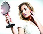 夏日上妝有黏膩的困擾,所以選對適合自己膚質的底妝產品非常重要!(Fotolia)
