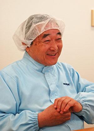 ROYCE'巧克力公司创业者山崎泰博社长,现已60多岁,依然每天穿着工作服穿梭于生产第一线。(大纪元资料)