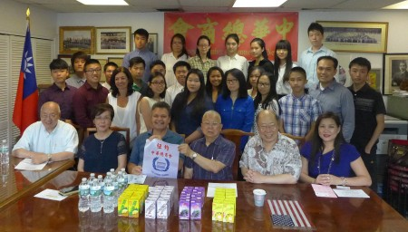 奥迪兹(前排左三)19日拜访中华总商会,介绍他对小商业的服务。 (蔡溶/大纪元)