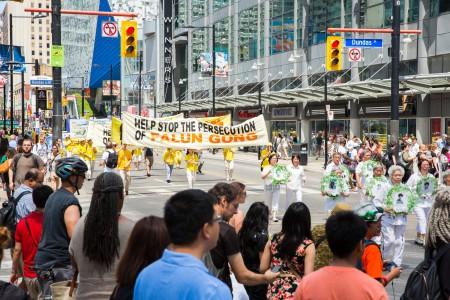 多伦多千人大游行——白衣方阵,悼念死难的同修。(艾文/大纪元)