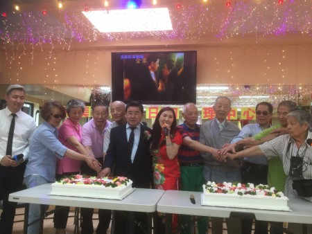 市议员顾雅明(左六)祝贺法拉盛Pople大道132-08号和美康成人日间护理中心分部乔迁之喜,并祝贺六、七月份生日的耆老生日快乐。右六为和美康经理谢怡祯。