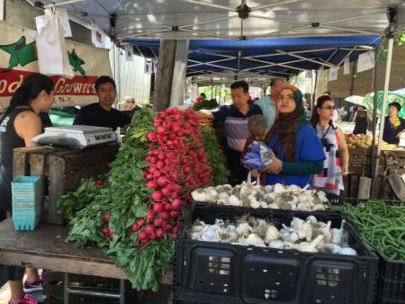 位於法拉盛凱辛娜大道楓葉球場(Maple Playground)的綠色市場,農家產品逢週三擺攤直銷。