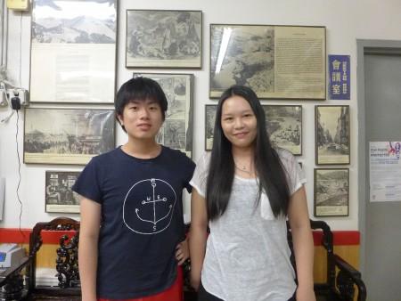 黄凯伦(右)和林威廉(左)参加人力中心的暑期工读计划,在中华公所打暑期工。 (蔡溶/大纪元)