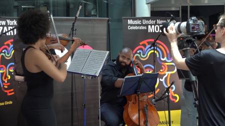 地铁艺人为民众呈现莫札特音乐。 (王姿懿/大纪元)