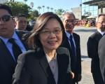 身着黑色西装的蔡英文,在众多安保簇拥下与侨民握手,向媒体微笑。(苏湘岚/大纪元)