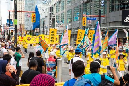 多伦多千人大游行——法轮大法好方阵。(艾文/大纪元)